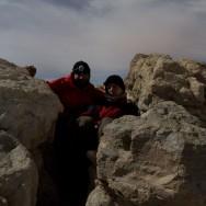 kauernd oben auf dem Gipfel, es riecht nach Schwefel..