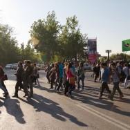 gegen Abend kommen immer mehr Leute auf die Straße