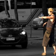 Straßenkünstler stellen sich bei Rot mitten auf die Kreuzungen