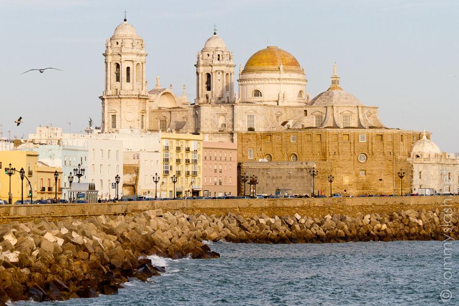 Kathedrale von Cádiz am Abend