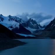 Laguna Torre, dahinter versteckt sich Cerro Torre hinter den Wolken